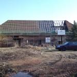 Haus zur Hälfte durch Dachdecker eingelattet